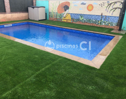 piscina-con-cesped-artificial